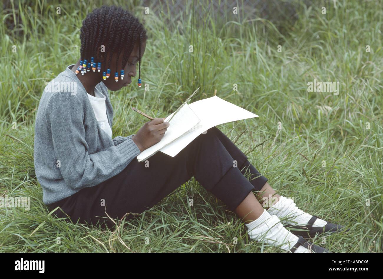 Primäre Geographie Schulausflug mit schwarzen Mädchen Schreiben von Notizen Stockbild