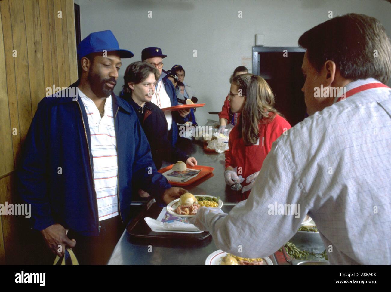 Freiwilligen Weihnachtsessen in kirchlichen Suppenküche. Minneapolis ...