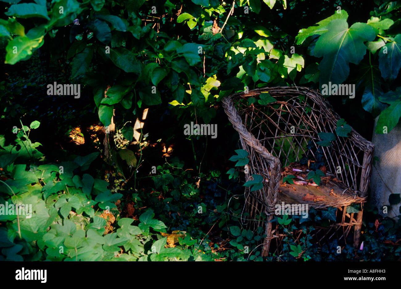 Korbstuhl in einem Garten. Deia. Mallorca. Balearen Islands.Spain Stockbild