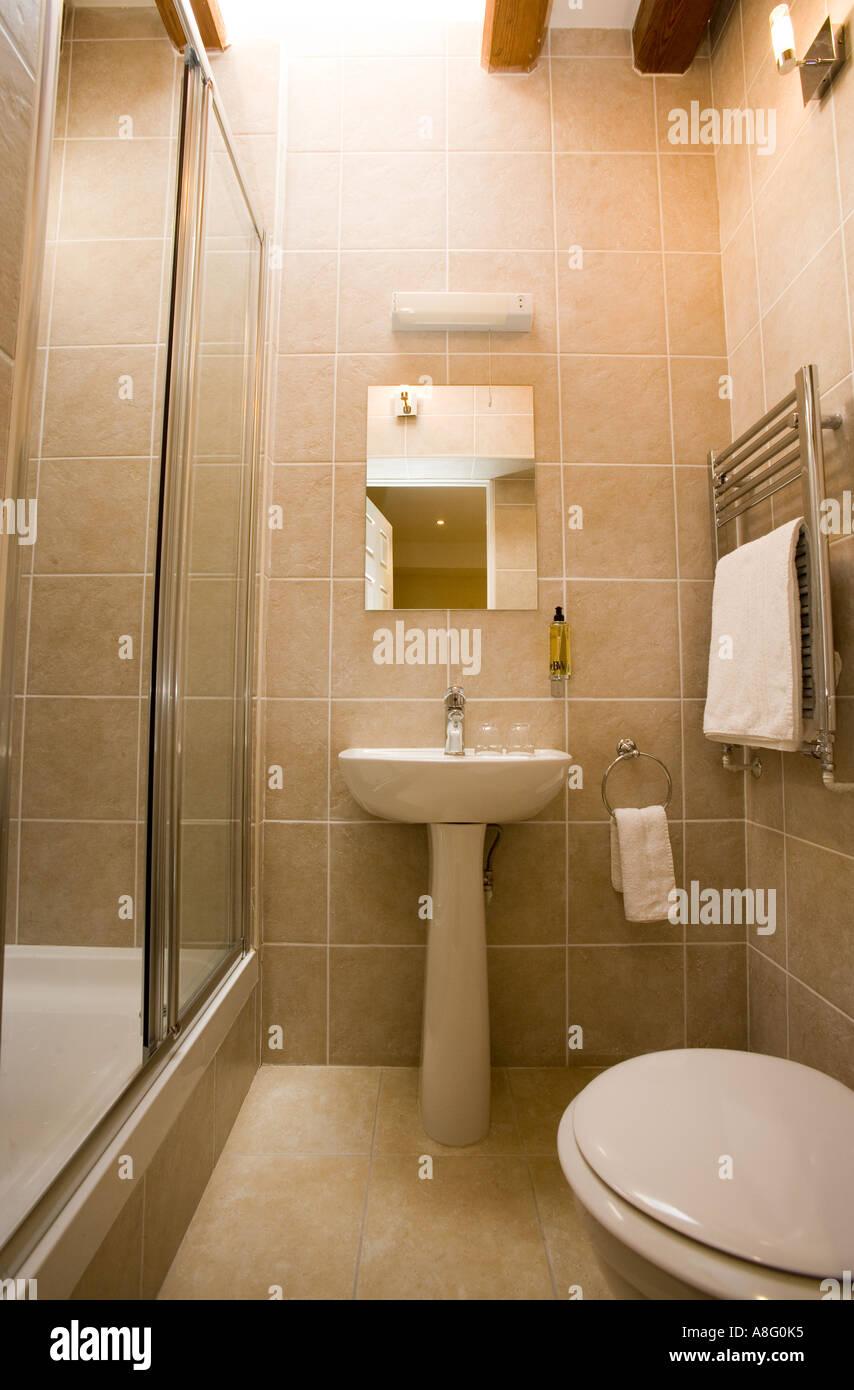 Kleines Bad mit Dusche Stockfoto, Bild: 6910004 - Alamy
