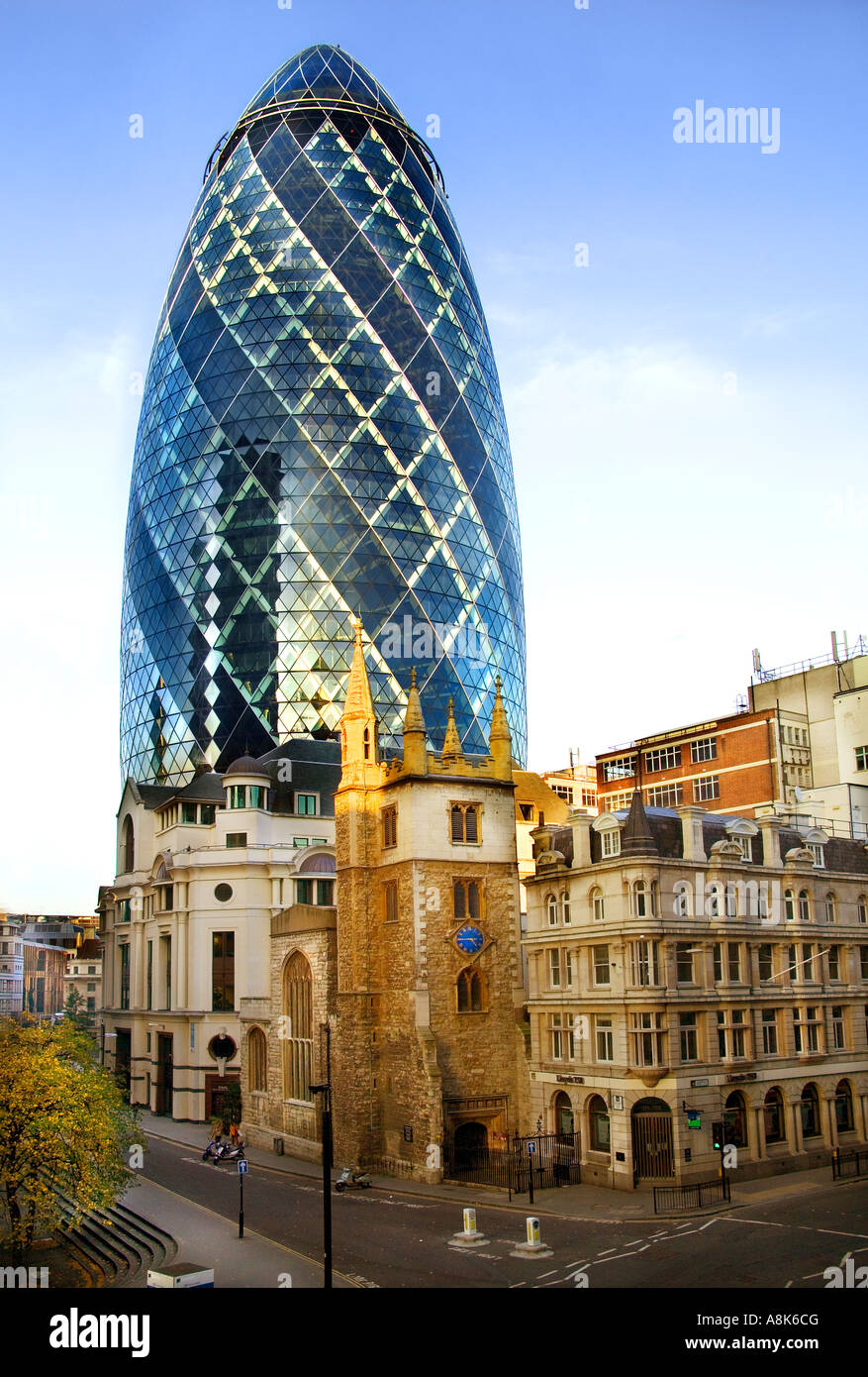 Glas moderne b ro geb ude von the gherkin towering ber for Modernes buro