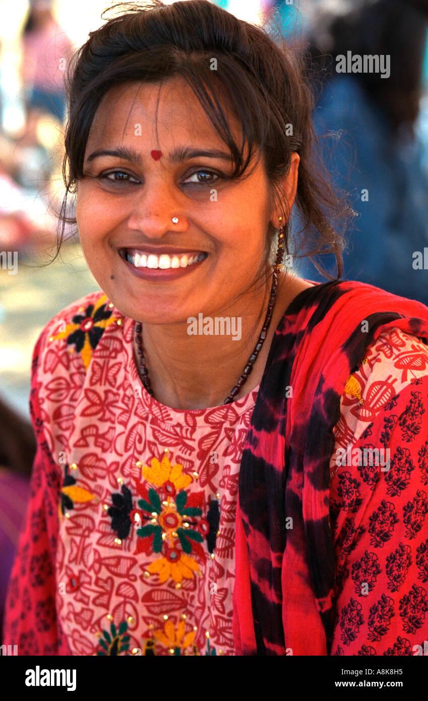 Indische Frau Alter von 28 Jahren in ethnische Kleidung