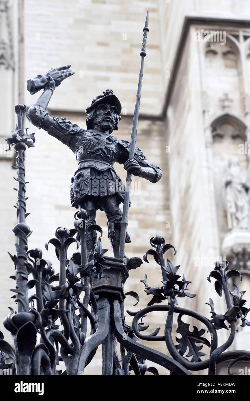 Schmiedeeisen Brunnenfigur, Römischer Soldat brabo mit abgeschnitten Hand der riesigen antigonos, Antwerpen, Stockbild