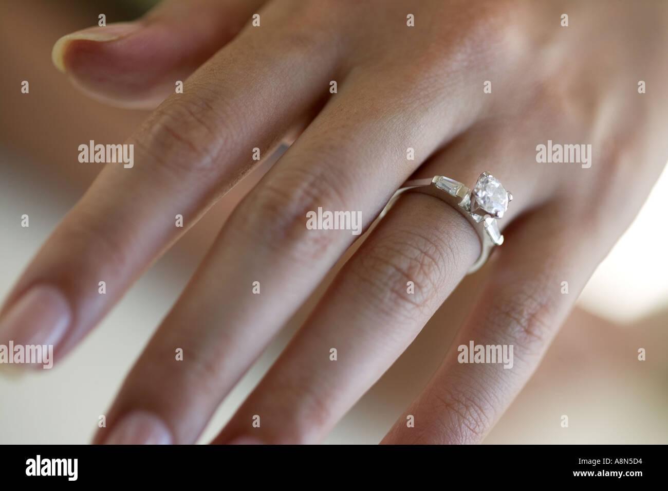 Frau S Hand Tragen Einen Verlobungsring Stockfoto Bild 2250195 Alamy