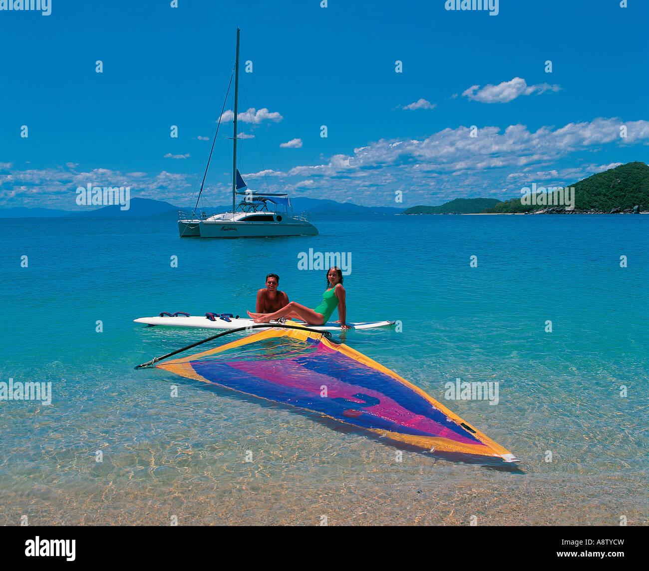 Junges Paar in Badeanzügen, ruht auf Surfbrett. Queensland. Australien. Stockfoto