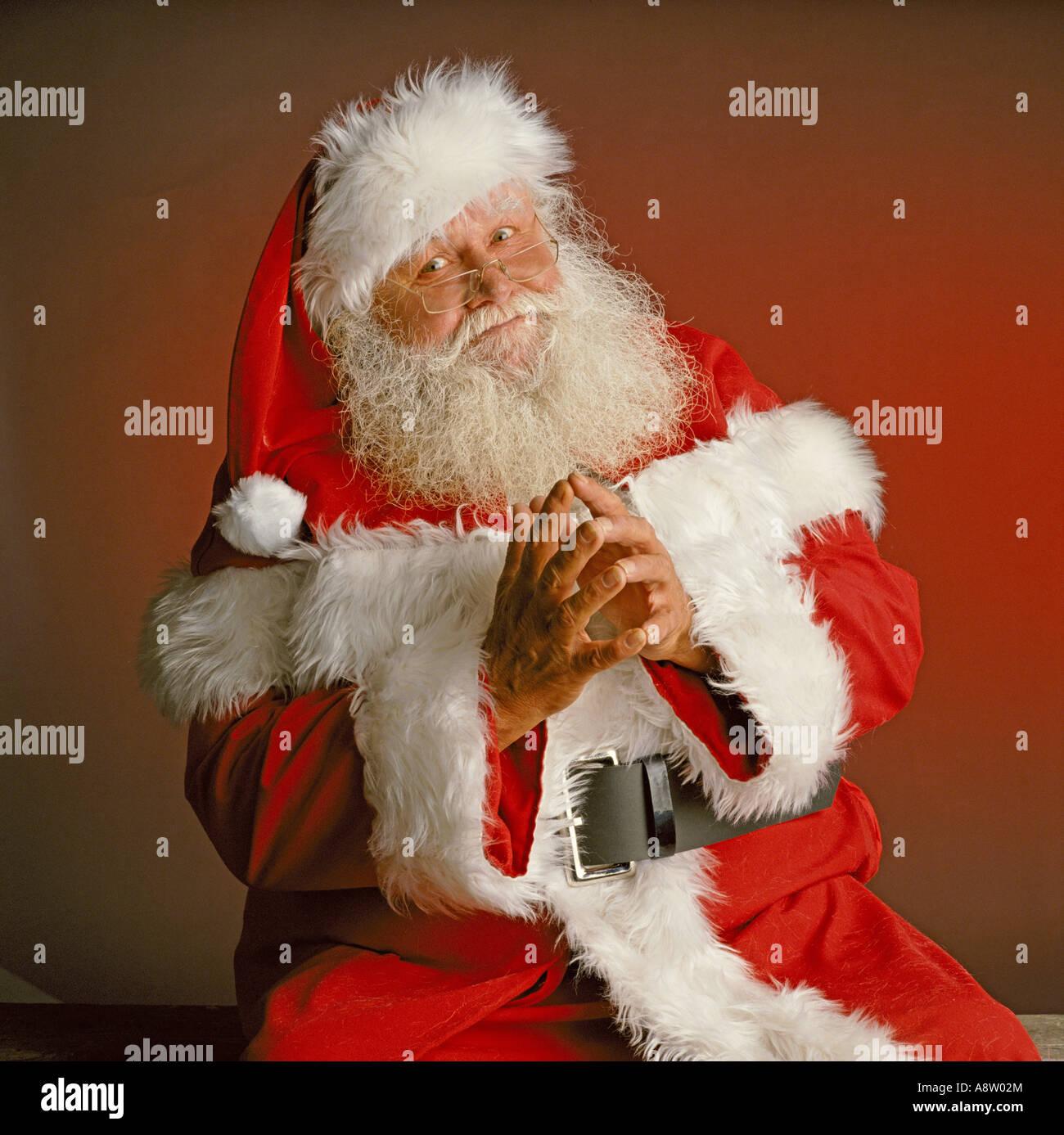 Porträt des Mannes als Weihnachtsmann verkleidet / Weihnachtsmann. Stockbild
