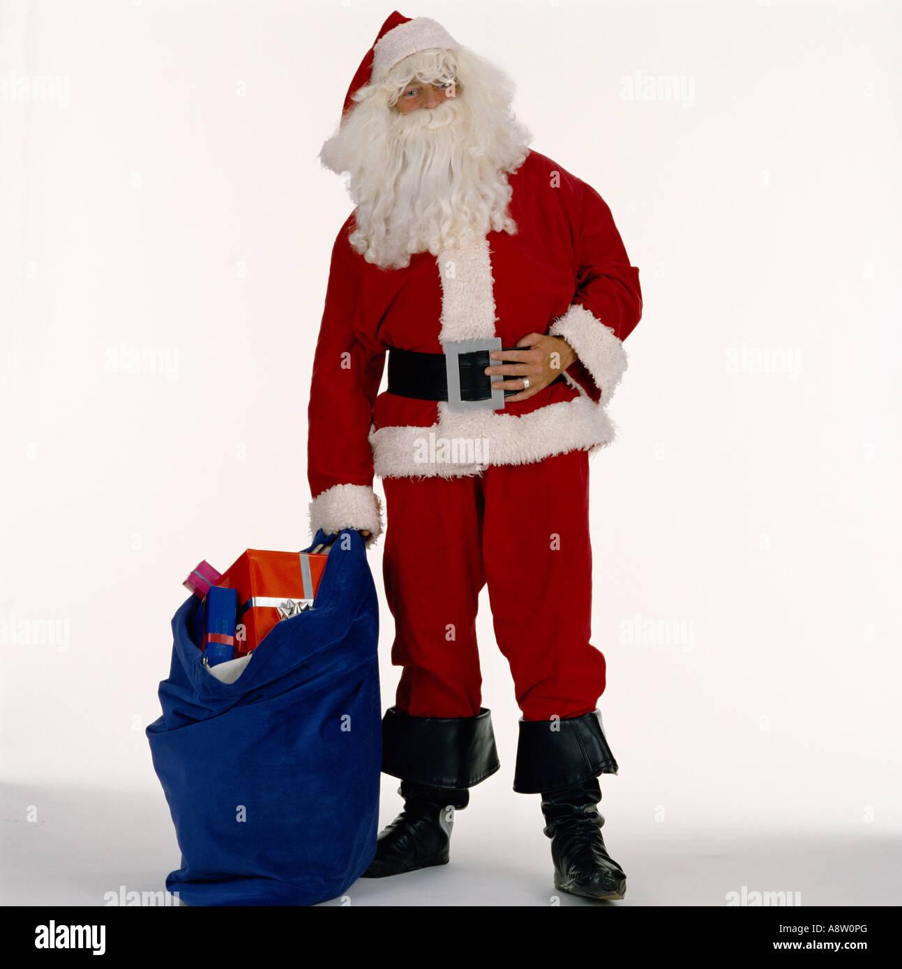 Studio Bild von Santa Claus / Weihnachtsmann stehend Sack Geschenke. Stockbild