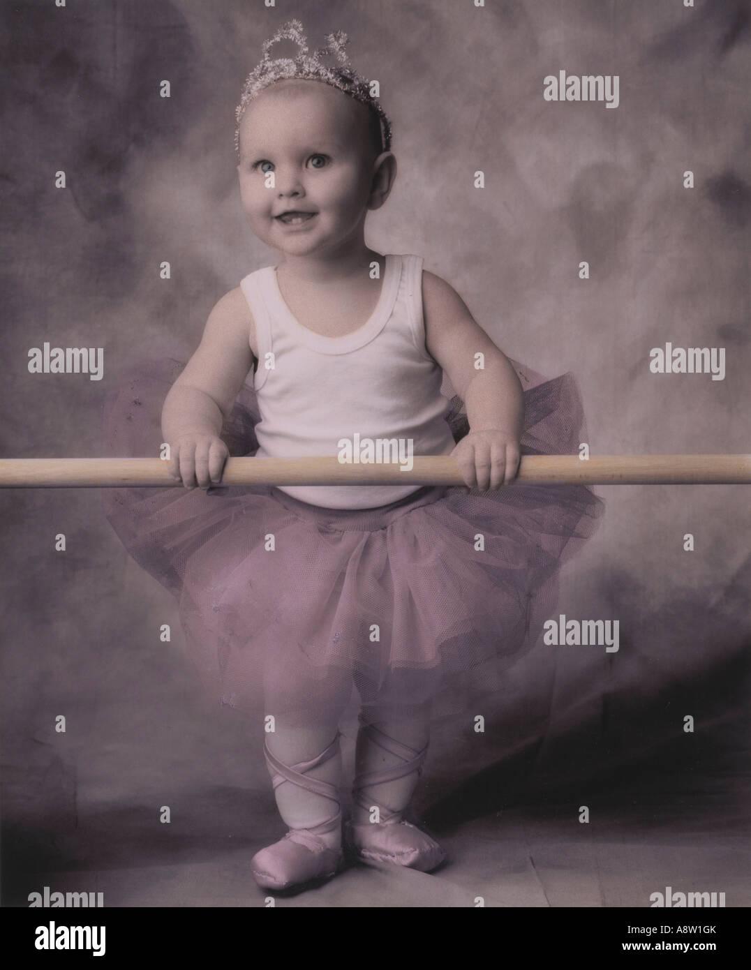 Studio-Konzept der Kleinkind Phantasie in Ballett Kostüm gekleidet. Stockbild