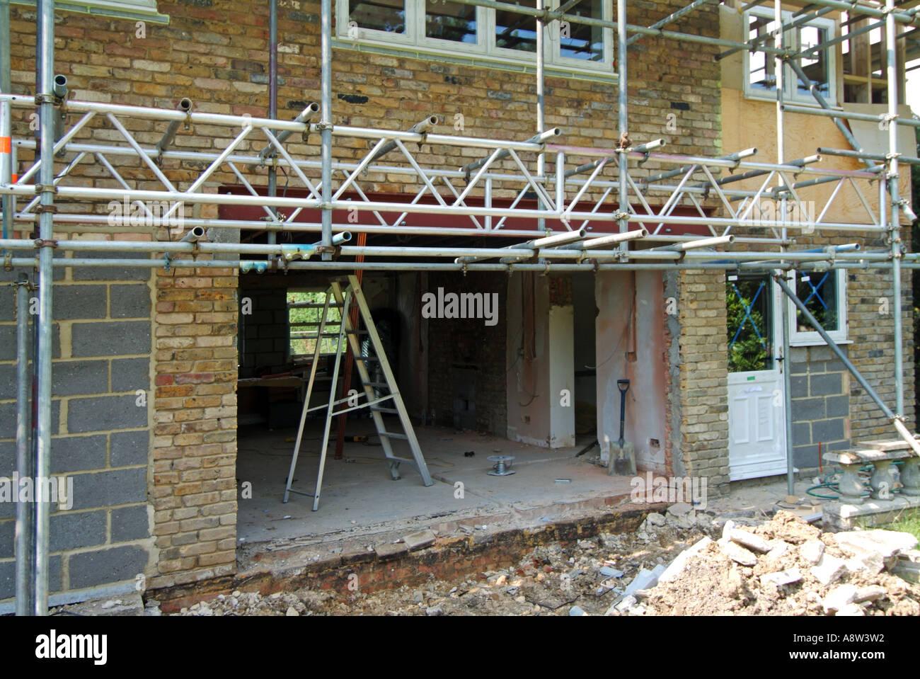 Erweiterung Haus Tür Für Neue Terrassentüren Zeigt Neue Stahlträger Und  Leiter Strahl Gerüst, Um Freien Zugang Zu Erhalten