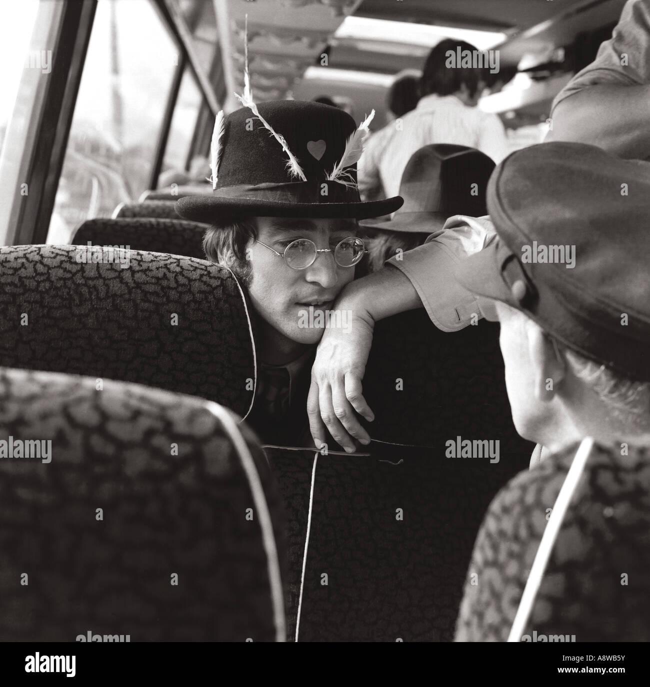BEATLES: John Lennon auf Tour-Bus während der Dreharbeiten von The Magical Mystery Tour an verschiedenen Orten Stockbild