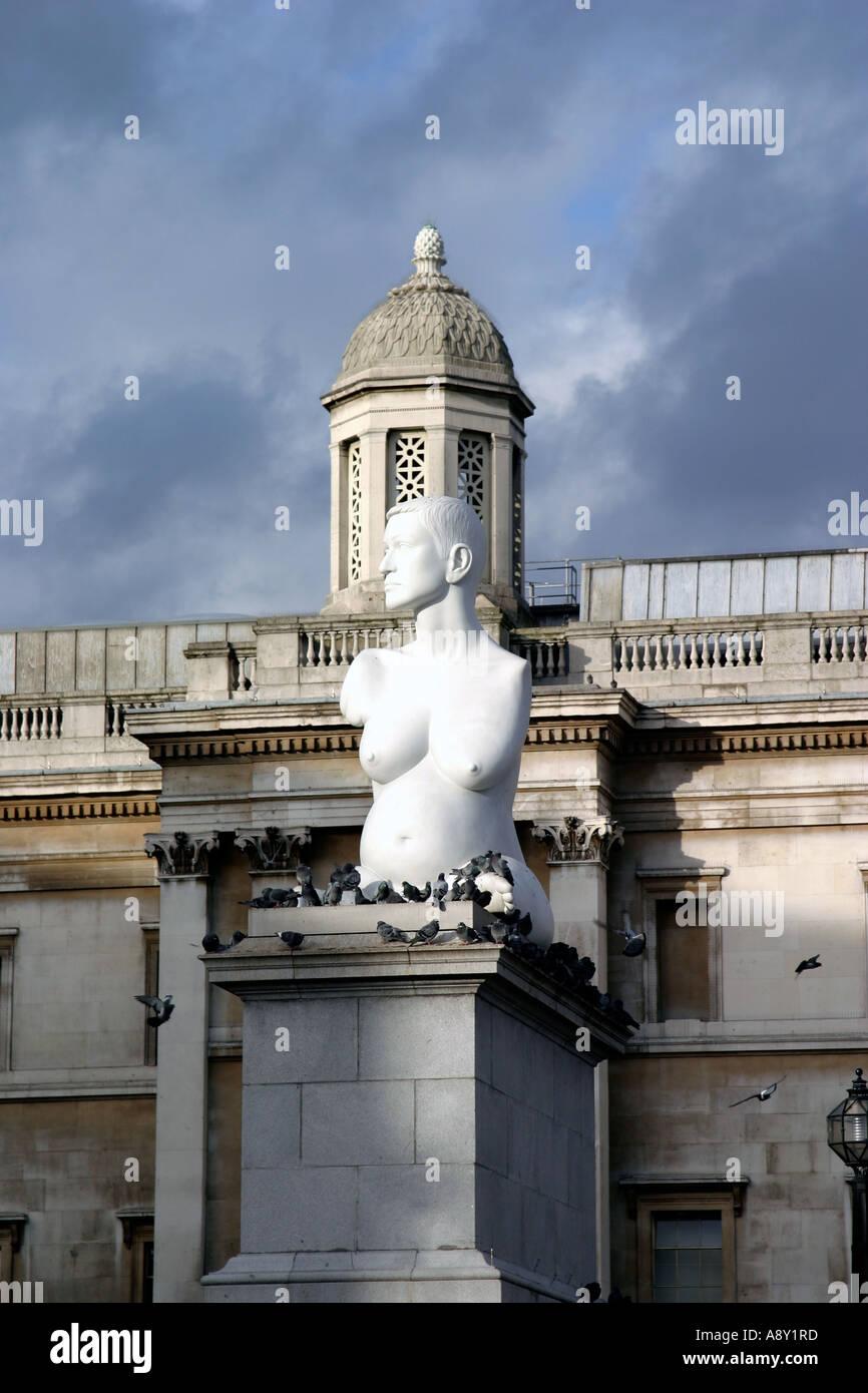 England London Trafalgar Square Skulptur von Marc Quinn. einer schwangeren Frau ohne Arme und kurze Beine Stockfoto