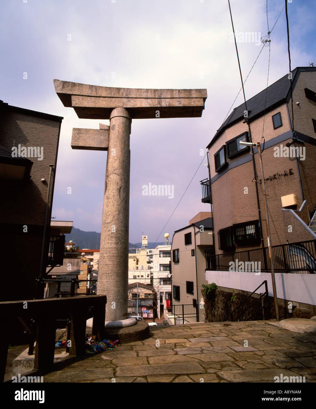 800 Meter südöstlich des Hypozentrums wurde das Torii-Tor des Sanno Shinto Schrein Nagasaki von der Explosion Stockbild