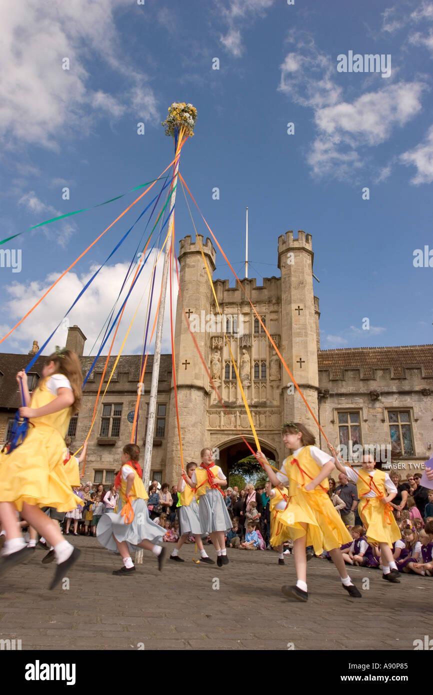 England Somerset Brunnen Marktplatz May Day Tanz um den Maibaum in der Sonne Stockbild