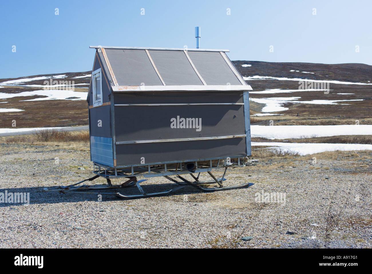 Hütte mit Skiern in verschneite arktische Tundra-Landschaft Stockbild
