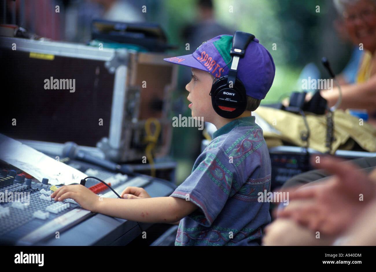 Kleiner Junge mit einem Musik-Mix-panel Stockbild