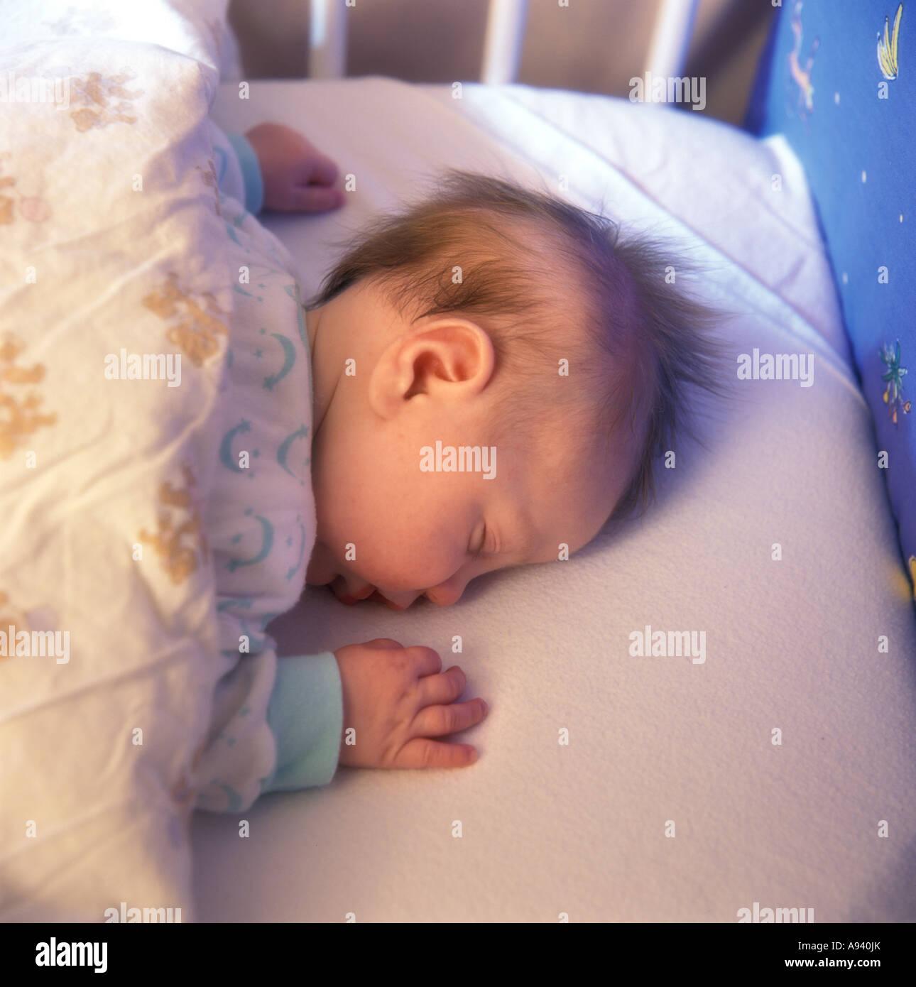 Kleines Baby Ist Auf Dem Bauch Schlafen Stockfoto Bild 12243162