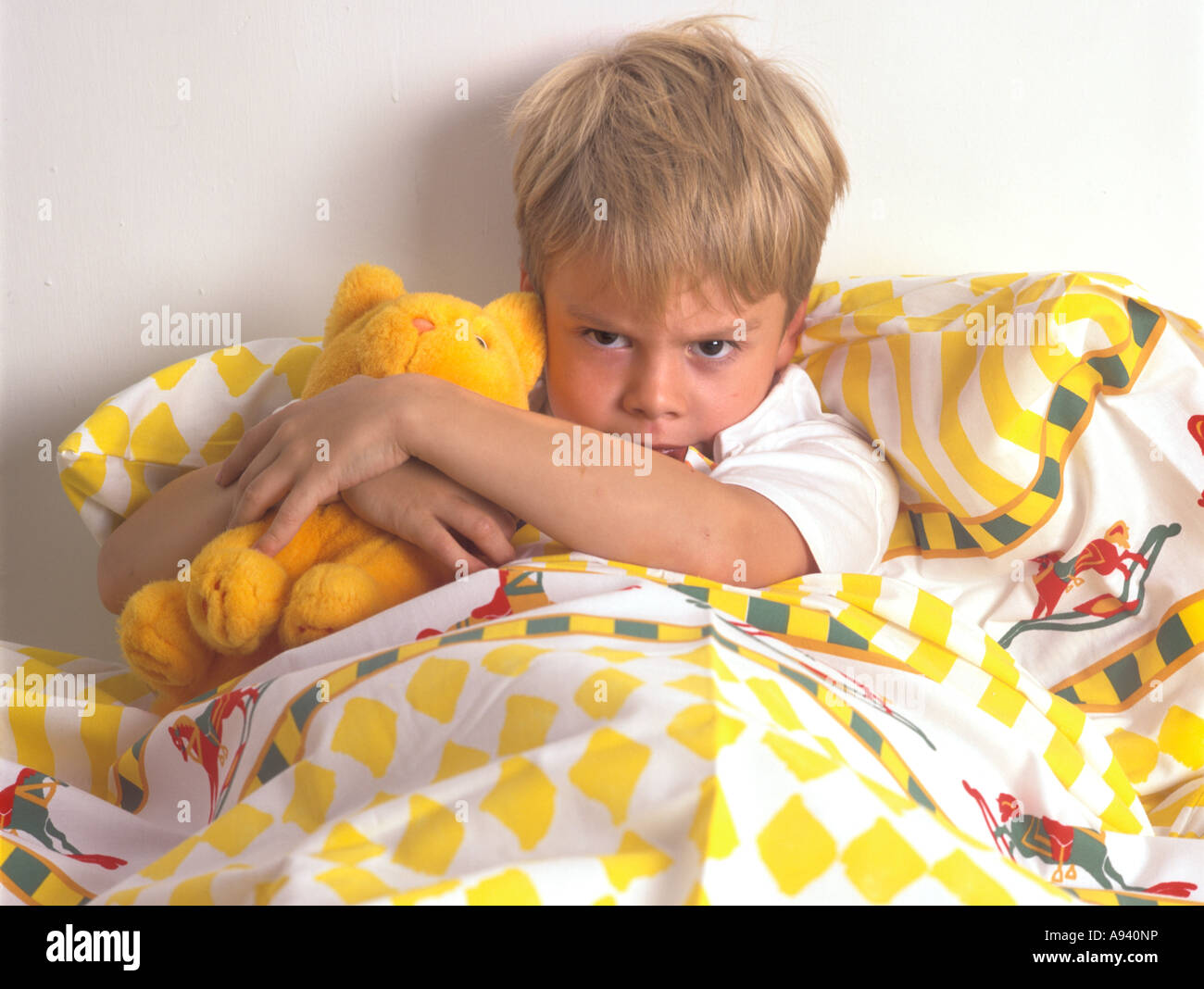 c8.alamy.com/compde/a940np/kleine-junge-wutend-in-...