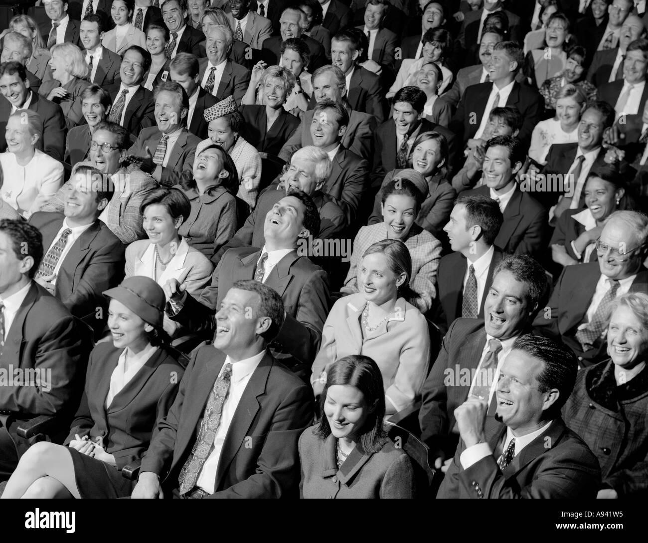 Erhöhte Ansicht der Publikum lachen Stockbild
