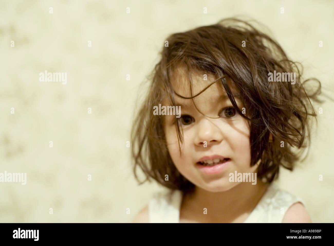 Mädchen erwacht mit strubbeligem Haar Stockbild