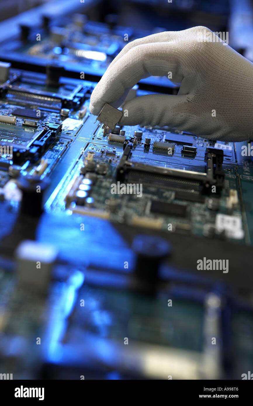 Manuelle Hand Platziert Komponenten Printed Circuit Board Pcb Machine Assembly Manufacturing Blick Entlang Montage Grtel Blau Gel