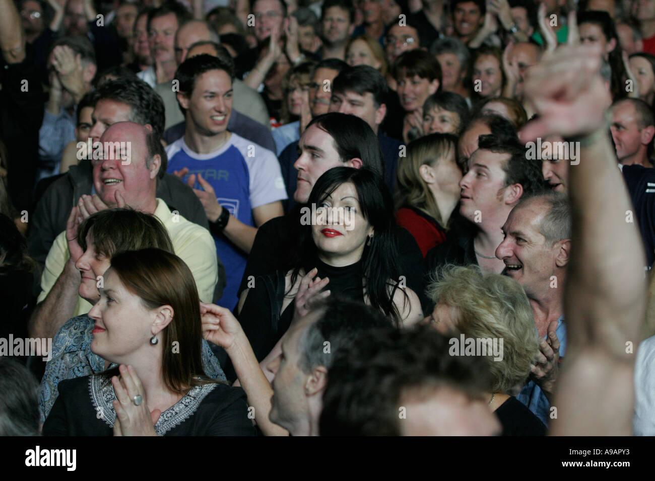 Musikfreunde beim Konzert Stockbild