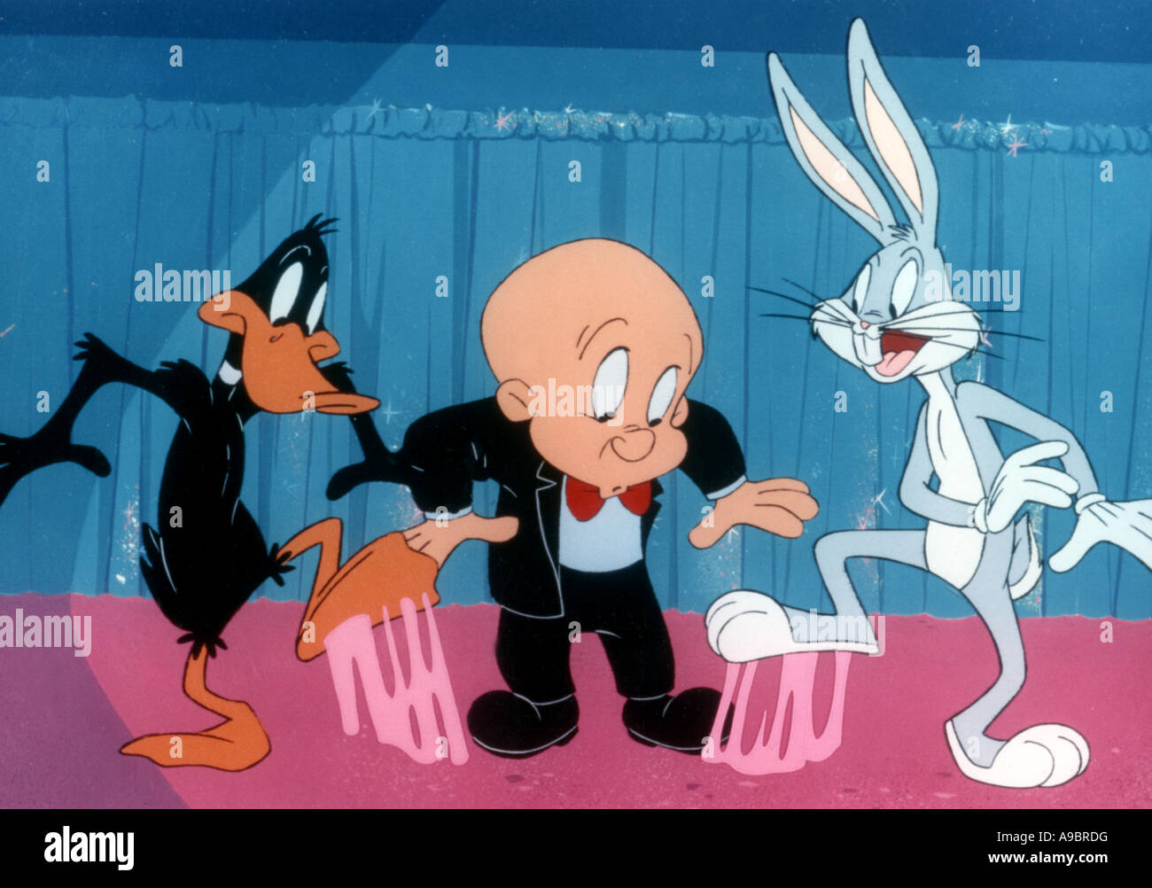 ELMER FUDD - Warner-Cartoon-Figur hier mit Bugs Bunny und Daffy Duck Stockbild