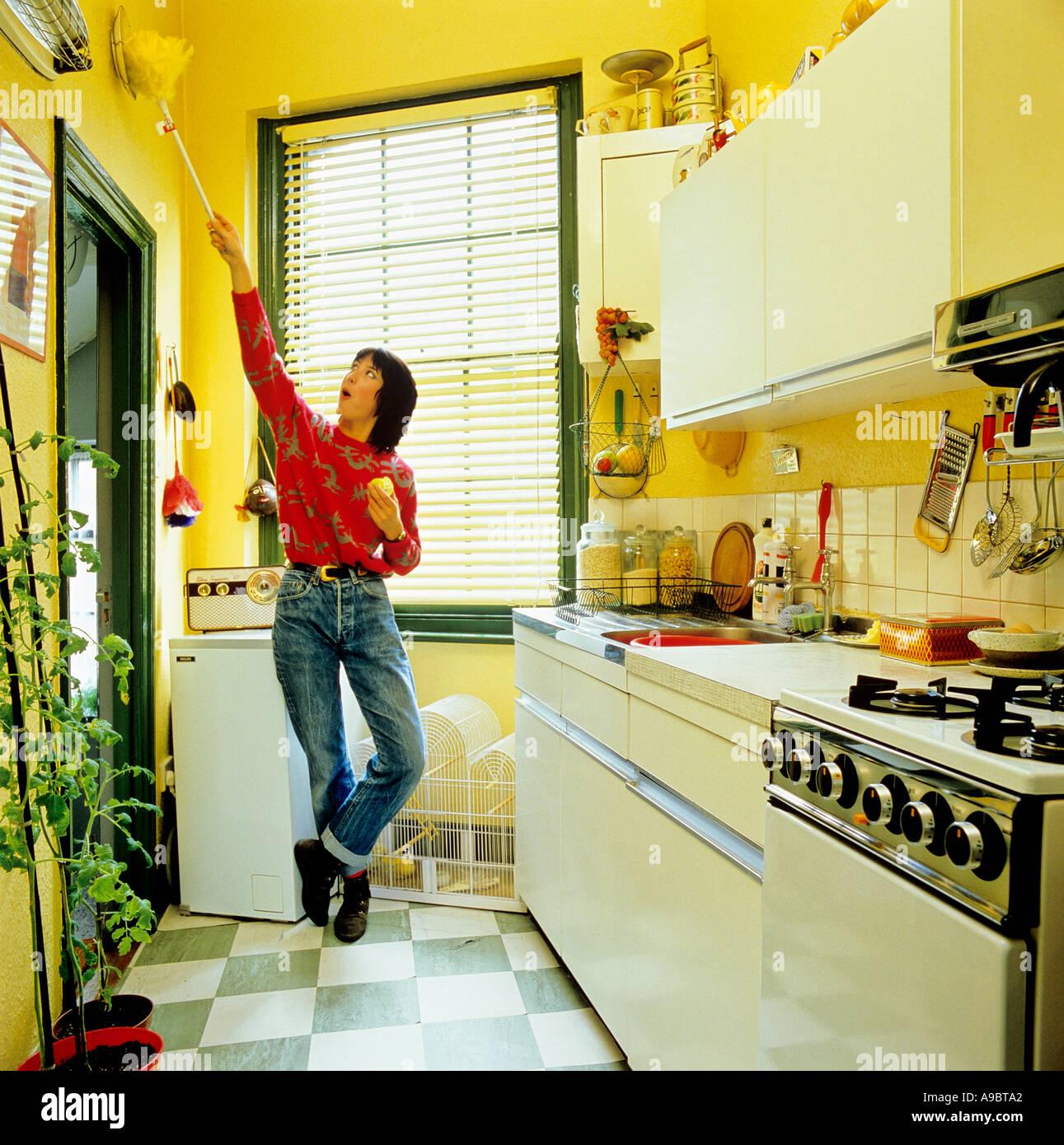 Porträt von easy-Going Hausfrau am Arbeit Küche im Stil der 70er ...