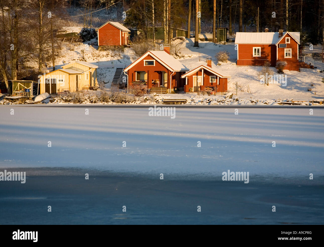 red cabin lake finland stockfotos red cabin lake finland bilder alamy. Black Bedroom Furniture Sets. Home Design Ideas