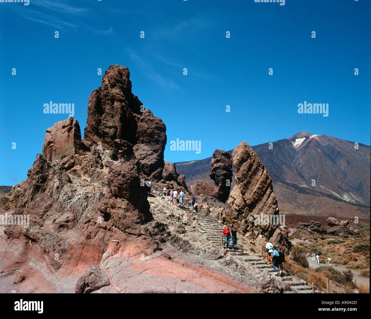 Los Roques de Garcia mit den Teide hinter Teide-Nationalpark, Teneriffa, Kanarische Inseln, Spanien Stockbild
