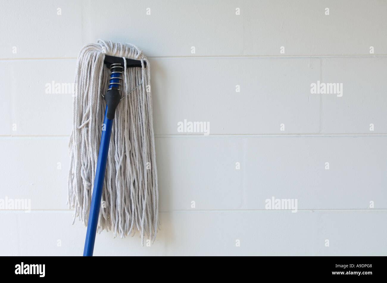 alten altmodischen Seil Mop Wand gelehnt Stockbild
