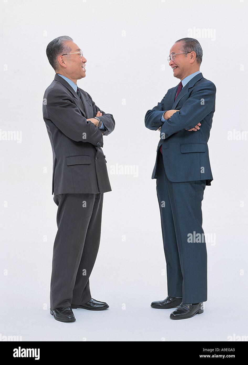 Geschäftsleute, die ihre Gelenkarme Stockbild
