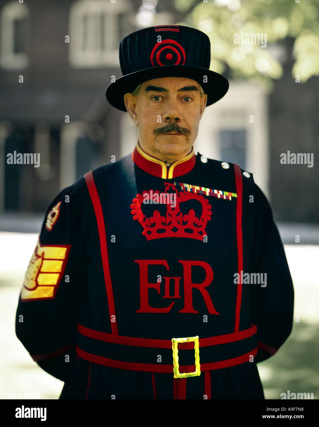 GB - LONDON: Beefeater am Tower of London Stockfoto