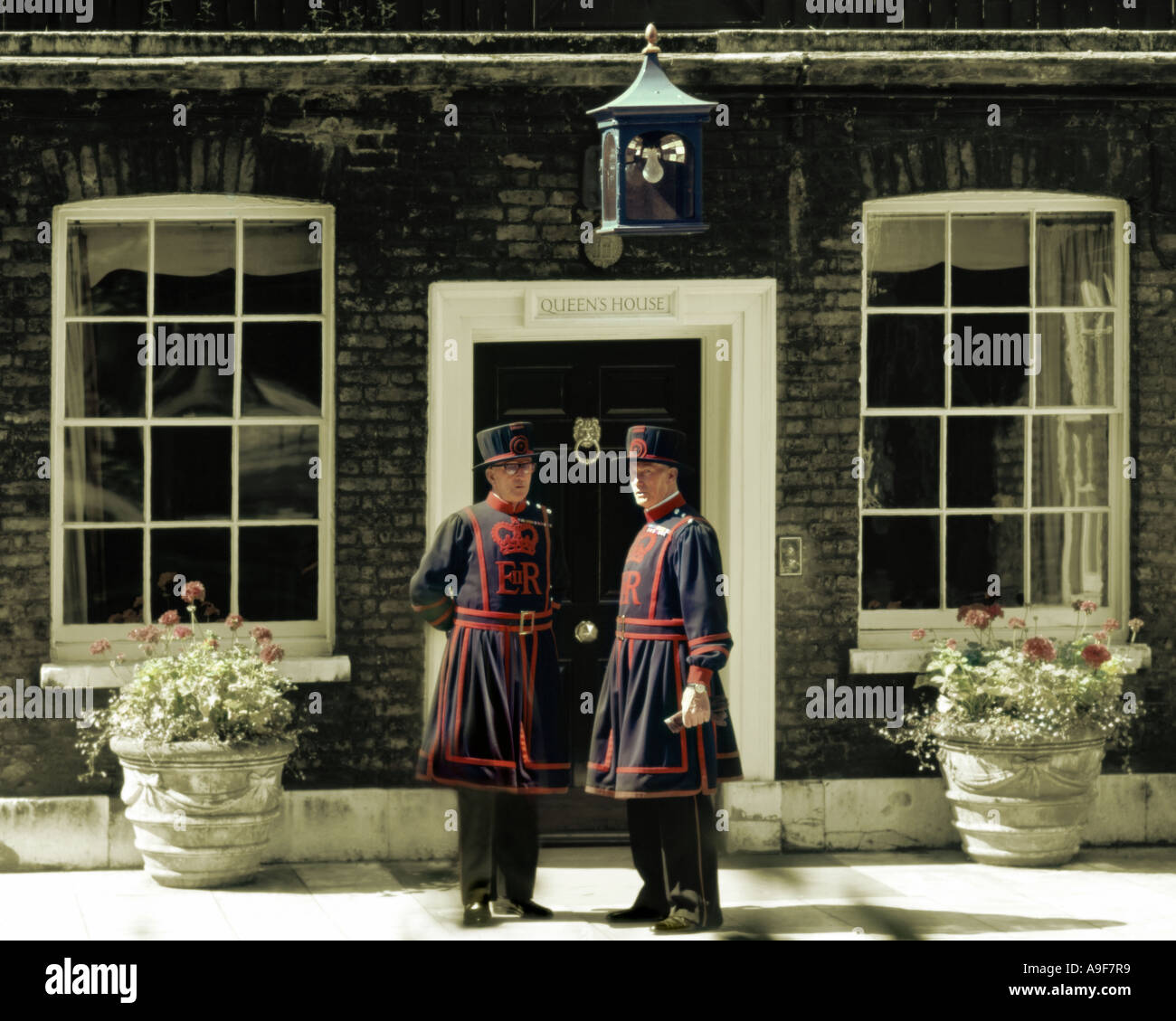 GB - LONDON: Beefeaters am Tower of London Stockfoto