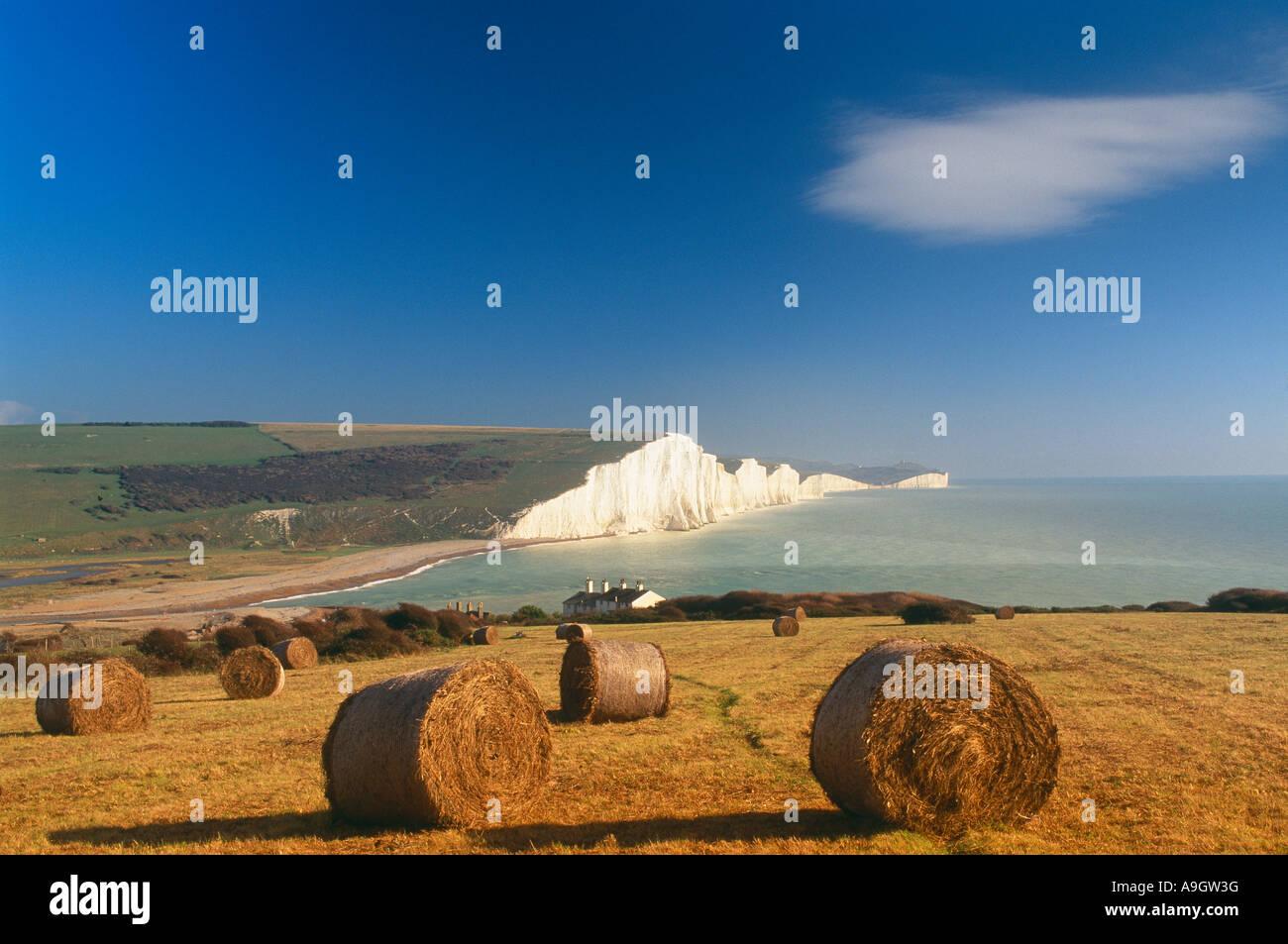 Kreidefelsen und Strohballen mit den Kreidefelsen von sieben Schwestern Sussex England UK Stockbild