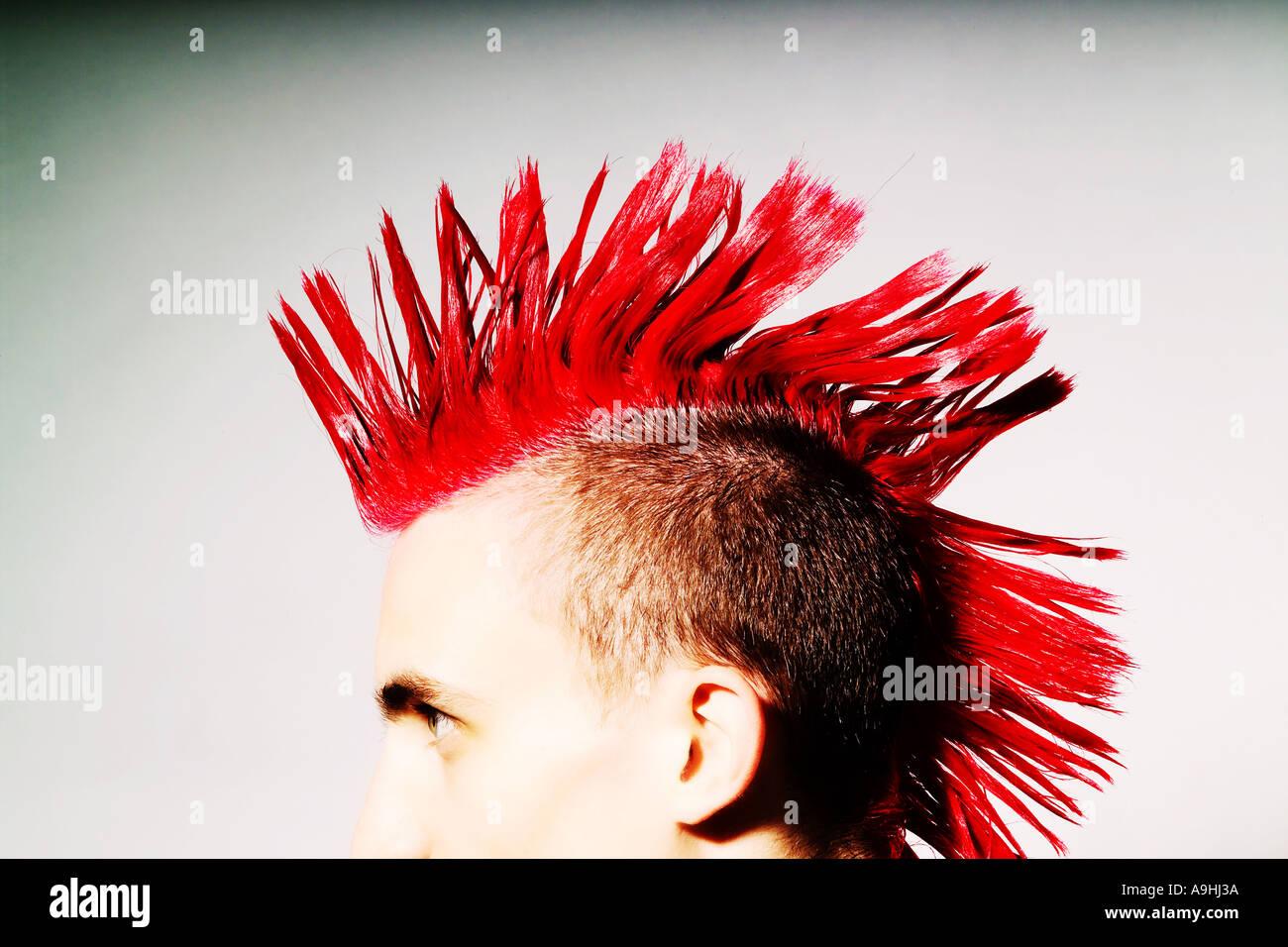 Seitenansicht des Punk-Rocker mit roten Irokesenschnitt Stockbild