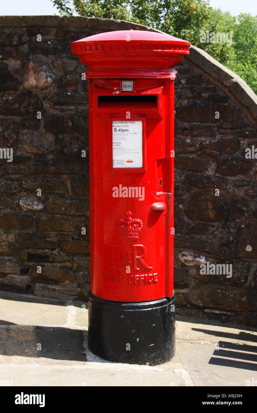 Leuchtend Rote Englische Briefkasten Stockfoto Bild 12375640 Alamy