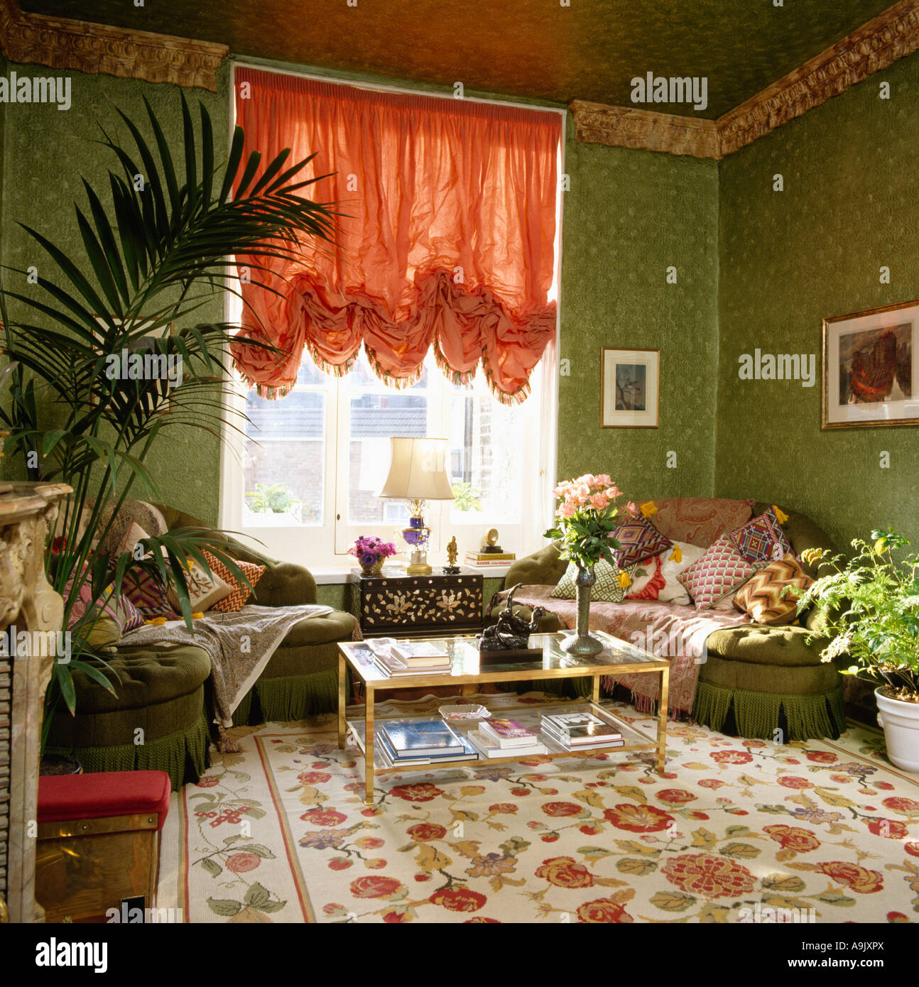 Rote Geraffte Blind In Achtziger Jahre Wohnzimmer Mit Gemusterten Grüne  Tapete Und Rot Und Creme Teppich