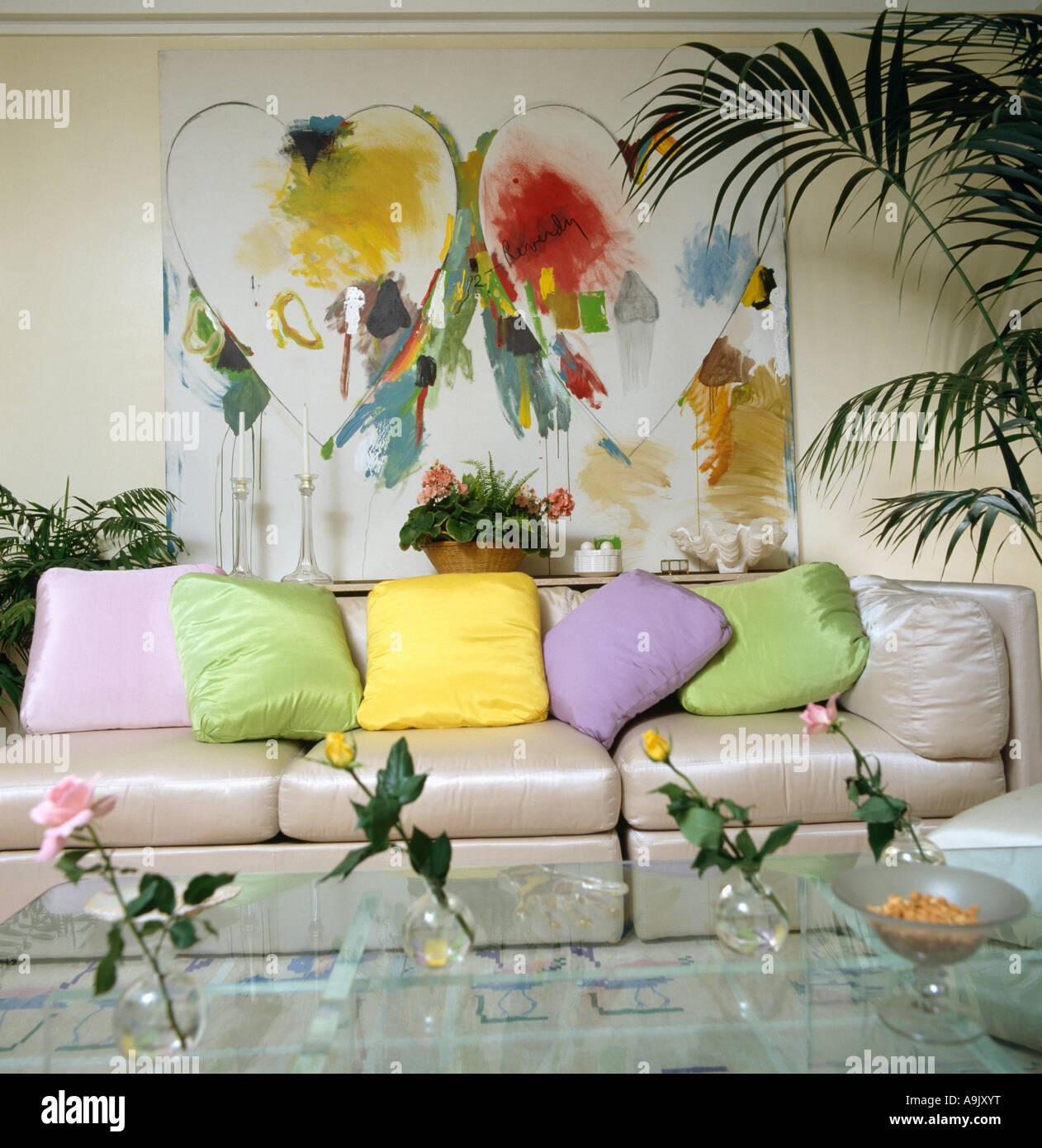 Große Bunte Abstrakte Malerei über Beige Seide Sofa Mit Pastellfarbenen  Kissen In Achtziger Jahre Wohnzimmer
