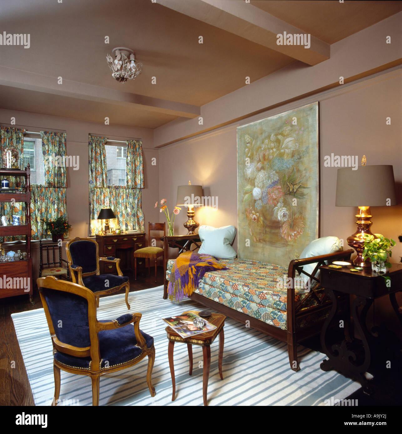 Großes Bild auf Pilz rosa Wände in achtziger Jahre Wohnzimmer mit ...