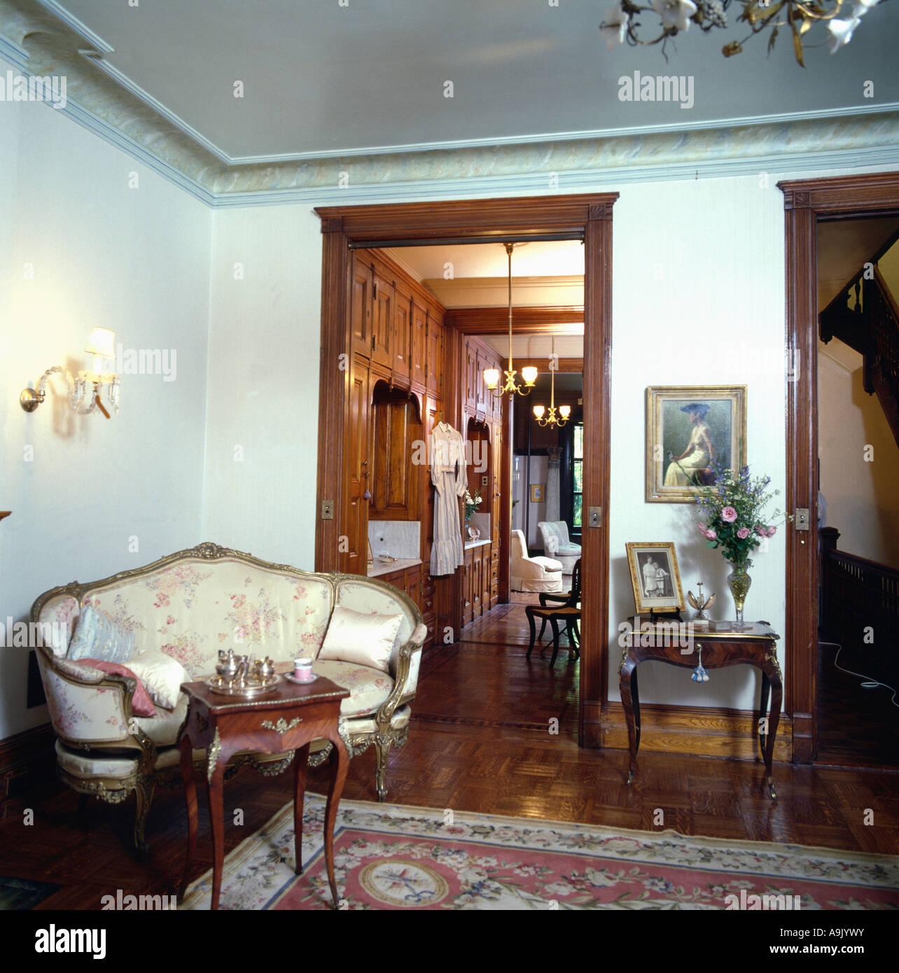 Antike französische Sofa im traditionellen Wohnung Wohnzimmer ...