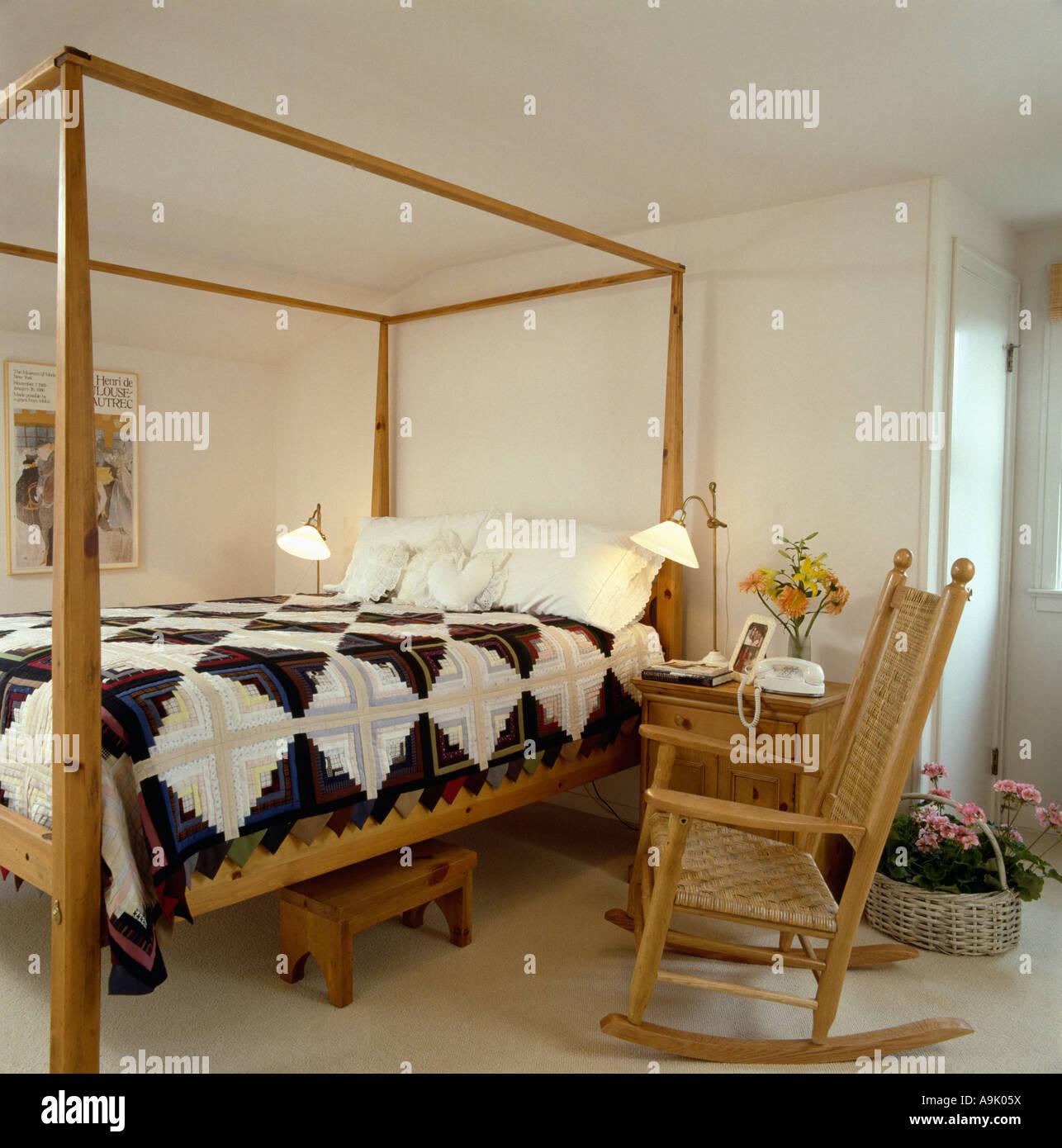 Schwarz / weiß Patchwork quilt auf Bett mit Holzrahmen in weiße ...