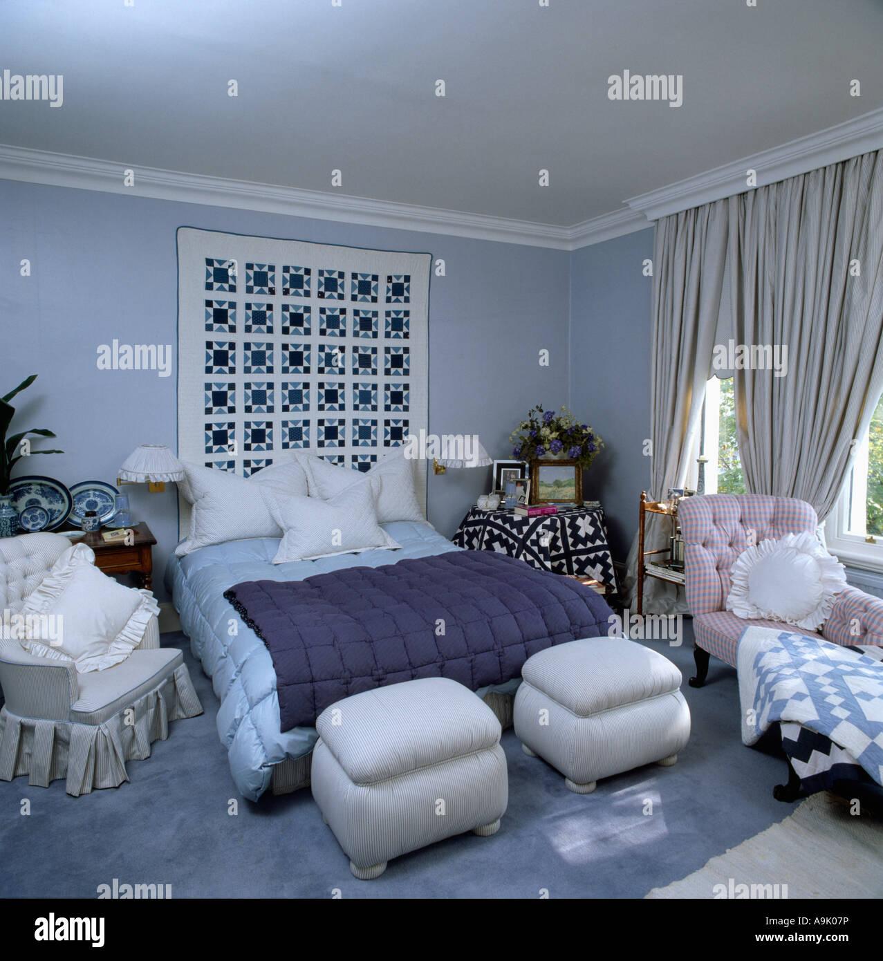 Pastell Blau 80er Jahre Schlafzimmer Mit Rosa Chaiselongue Und Gepolsterten  Ottoman Hocker Am Ende Des Bett Creme