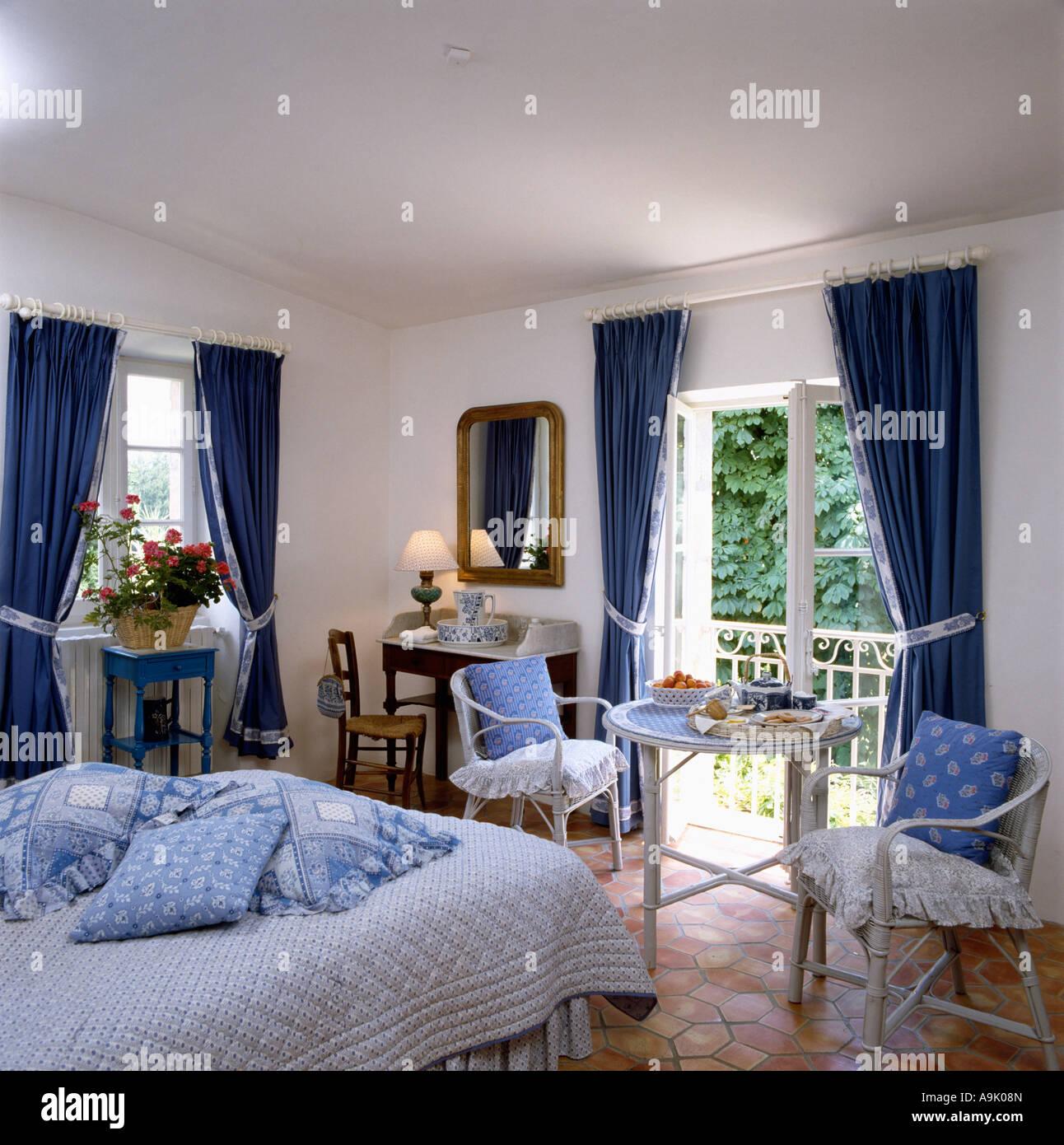blaue kissen gestapelt in land schlafzimmer mit blauen. Black Bedroom Furniture Sets. Home Design Ideas