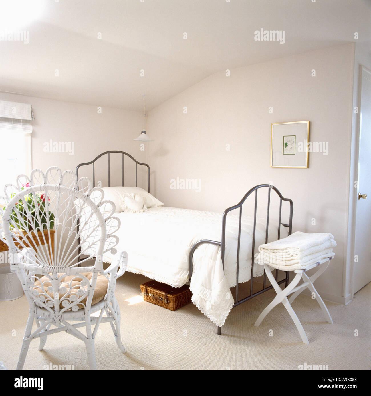 Wei er pfau stuhl in einfache wei e schlafzimmer mit schwarzen einzelnes bettgestell und wei em - Stuhl schlafzimmer ...