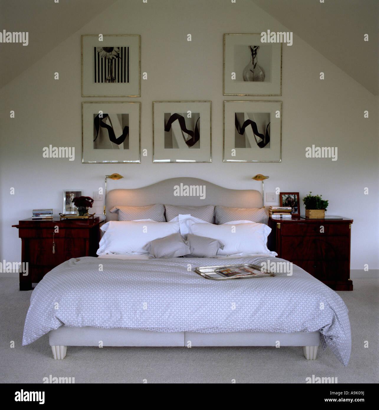 Moderne Schlafzimmer mit gerahmten schwarz-weiß Fotografien ...