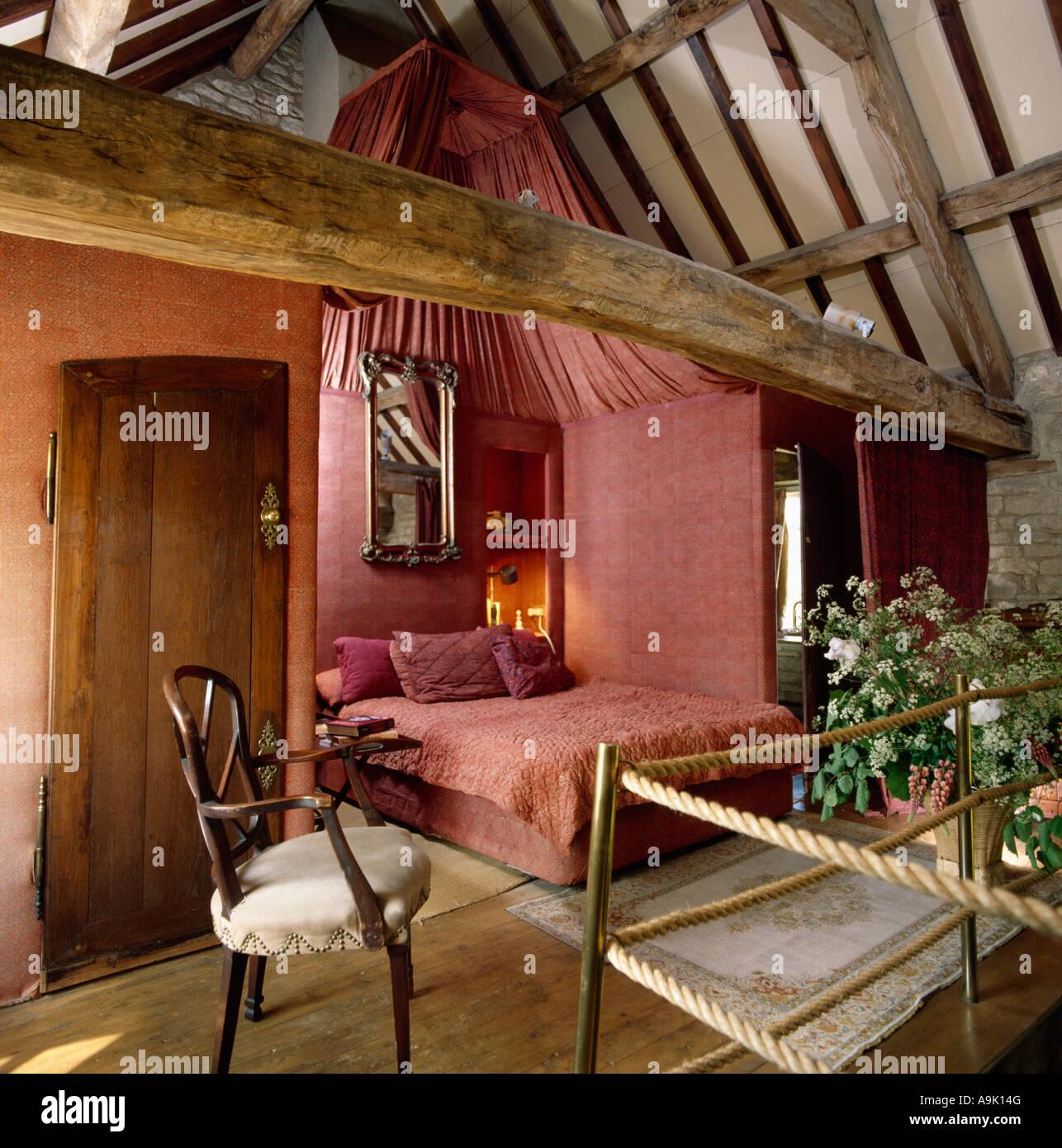 Alkoven-Schlafzimmer mit Bett mit rosa Bettwäsche und passende