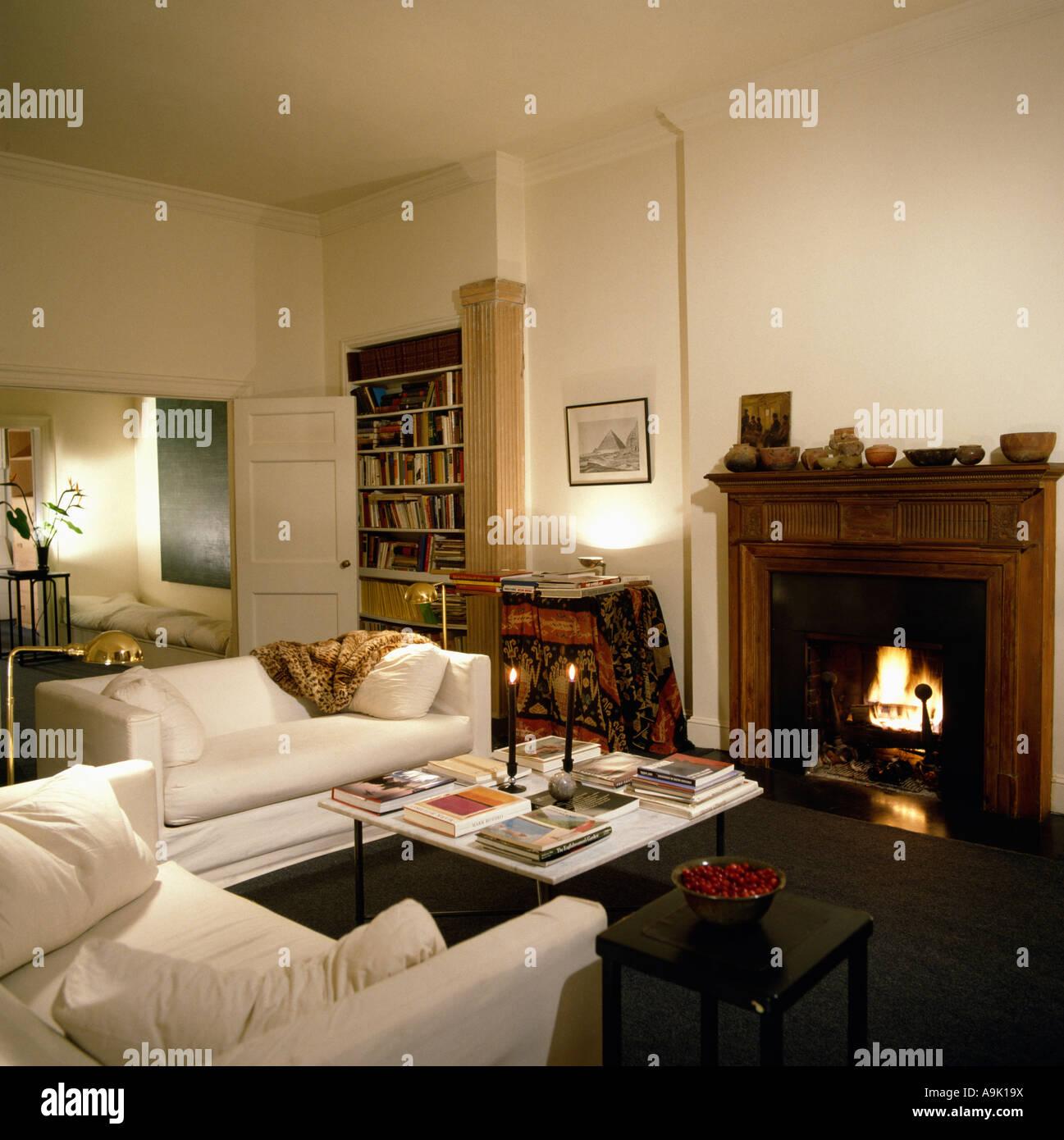 Feuer im Kamin der zeitgenössischen Wohnzimmer mit weißen sofas ...