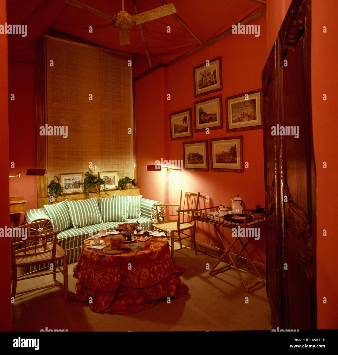 Grun Weiss Gestreiften Sofa Rot 80er Jahre Wohnzimmer Stockfoto Bild
