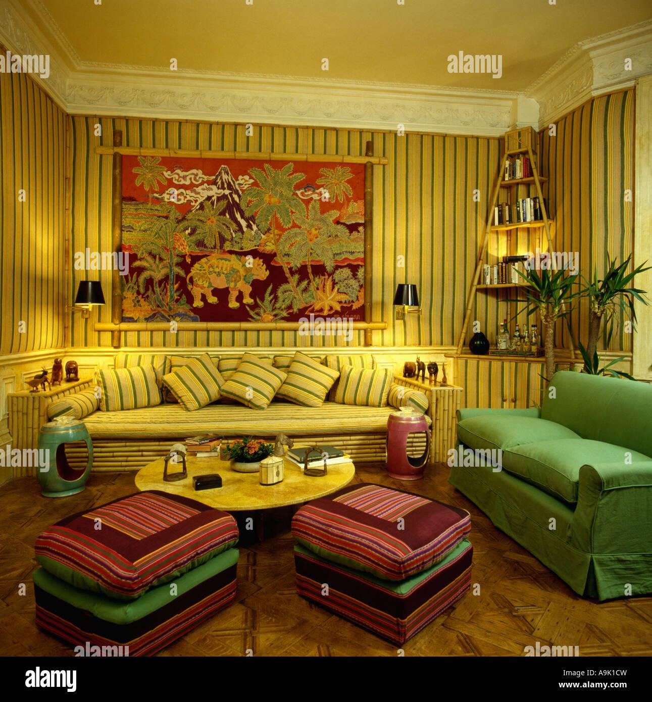 Gelb gestreifte Tapete in achtziger Jahre Wohnzimmer mit ...