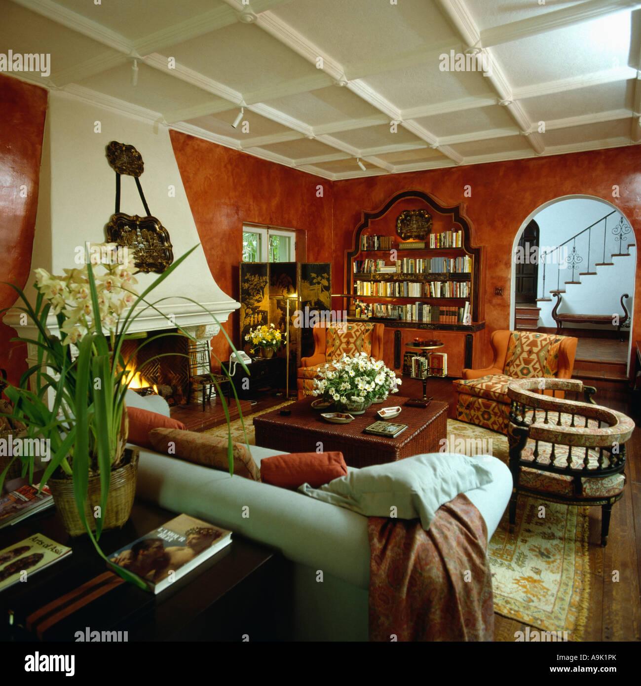 21er Jahre Wohnzimmer mit lackierten Terrakotta Wände ...